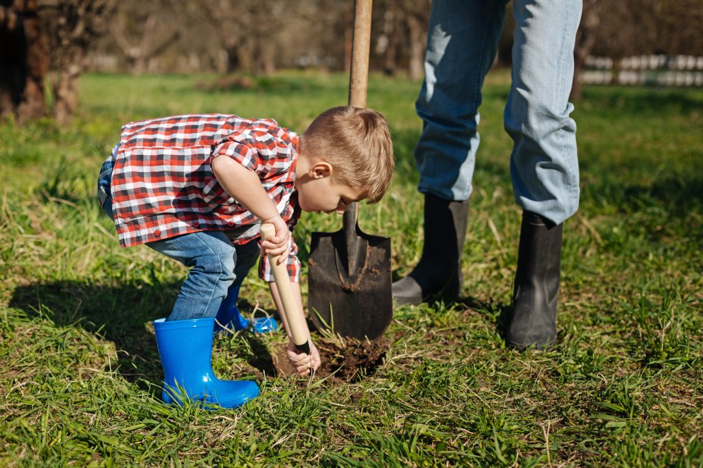 time management for moms: organize weekend schedule to do yard work